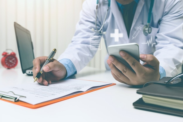 Медик работает с современным смартфоном, концепция медицинской сети
