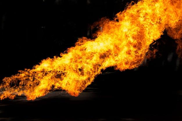 Пламя, вызванное взрывом масла, изолированного на черном фоне.