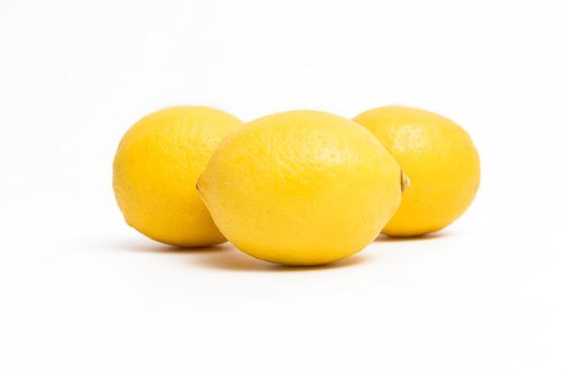 白の新鮮な黄色いレモン
