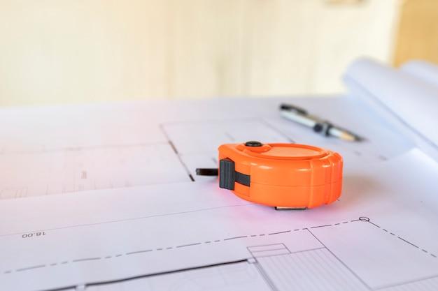 家の青写真計画の測定テープ。