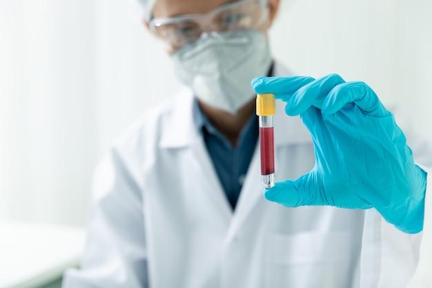 Исследователи проверяют образцы крови в лаборатории.