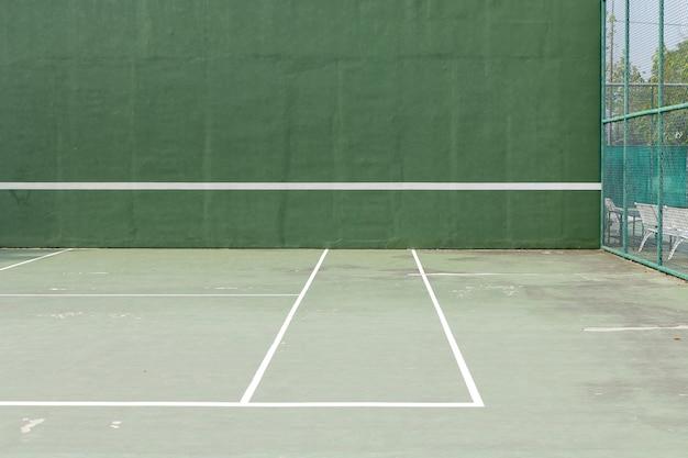 屋外テニスコートと白いラインの緑のノックボード