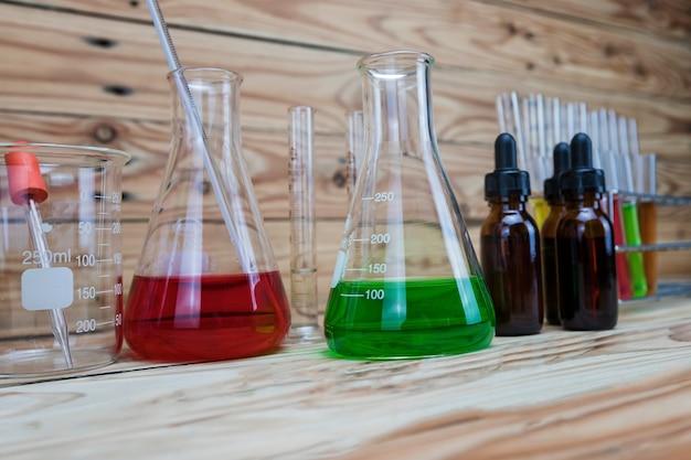 ビーカーとボトル。フラスコ中のいくつかの化学溶液。実験用ガラス製品。