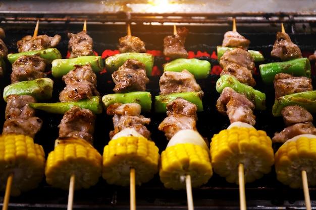 Барбекю шашлык из мяса шашлык с кукурузой и овощами