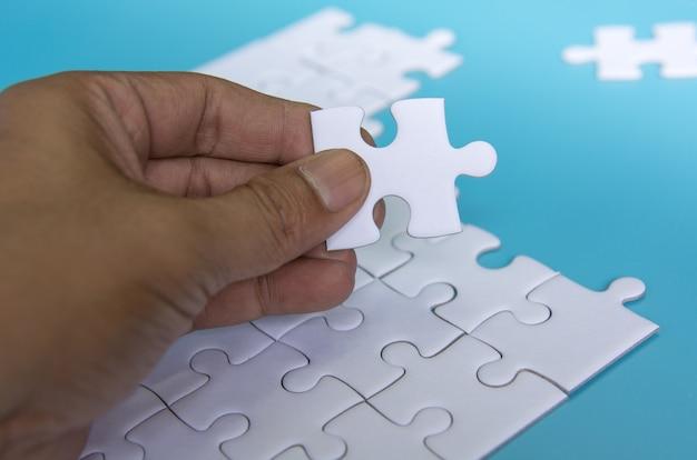 青い背景に白いジグソーパズル
