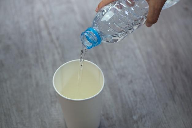 白い紙のダブに飲み水を注ぐ