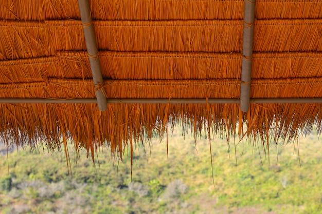 緑の自然の背景と茅葺き屋根