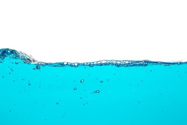 Поверхность голубой воды с пузырьком воздуха