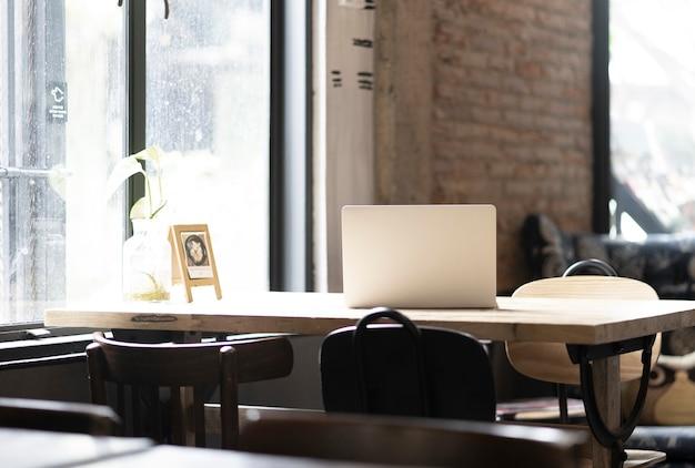 共同作業スペースカフェ付きのラップトップコンピューター
