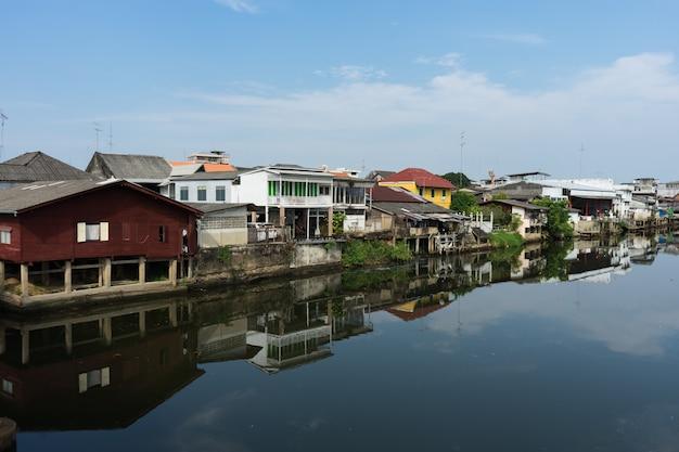 古い建物の村のある川沿いの村の近くの村