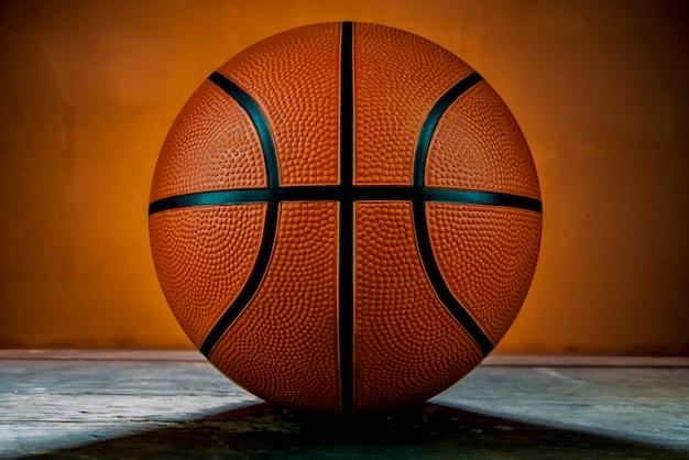 Баскетбол на деревянном столе и подсветке