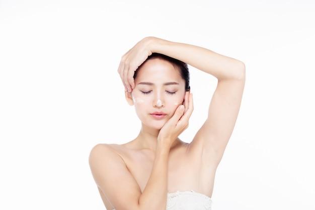 清潔でさわやかな肌と白いドレスでアジアの美しい若い女性