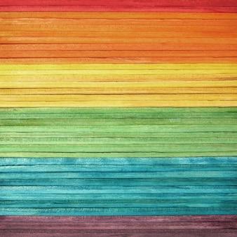 明るい虹色見本パターンでカラフルな木製の壁のテクスチャ。