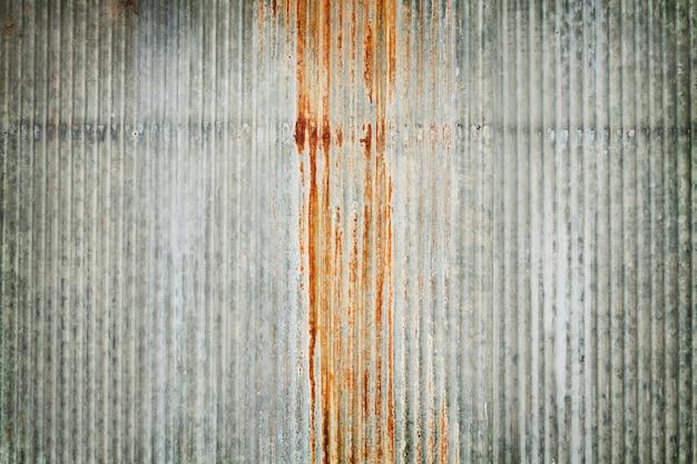 古い亜鉛壁テクスチャ背景、亜鉛めっき金属パネルのシートにさびた。