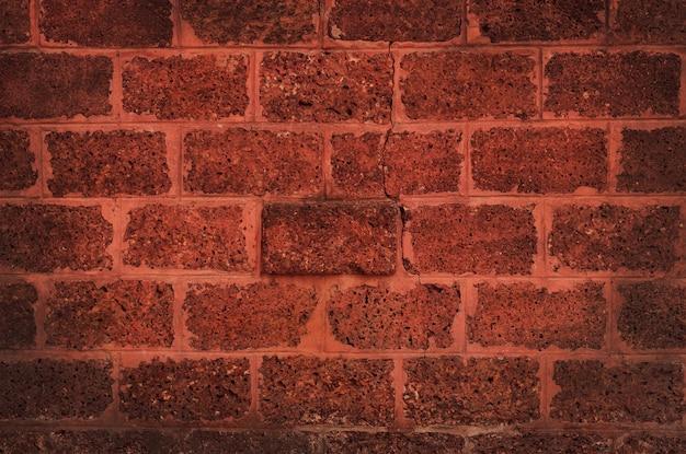 Красная кирпичная стена в деревенском текстуры
