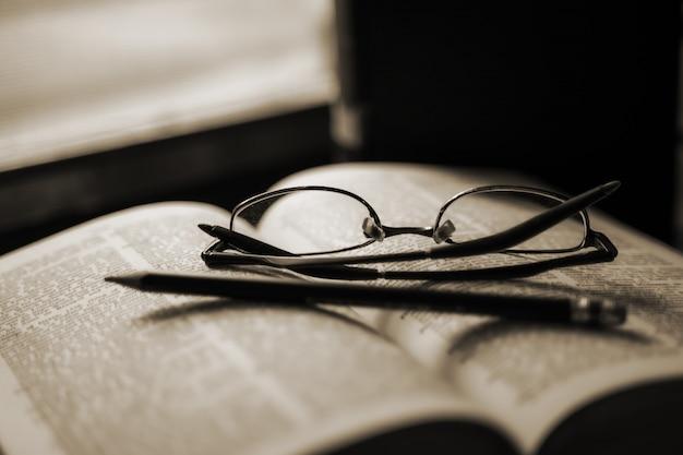 静かな雰囲気の窓に残された古書