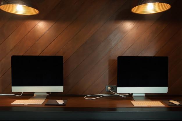 コンピュータがコーヒーショップのテーブルに横たわっている