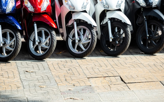 オートバイが並ぶフロントストア。