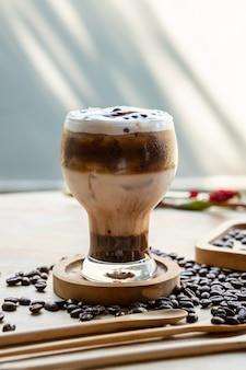 テーブルの上のアイスカプチーノコーヒー