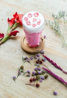 テーブルの上のピンクのお茶