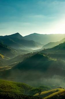 Восход солнца утром в горах
