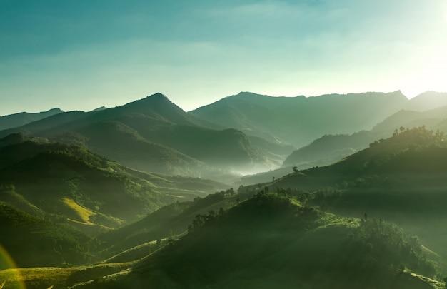 山で朝の日の出の眺め