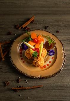 Жареная курица с соусом и специями