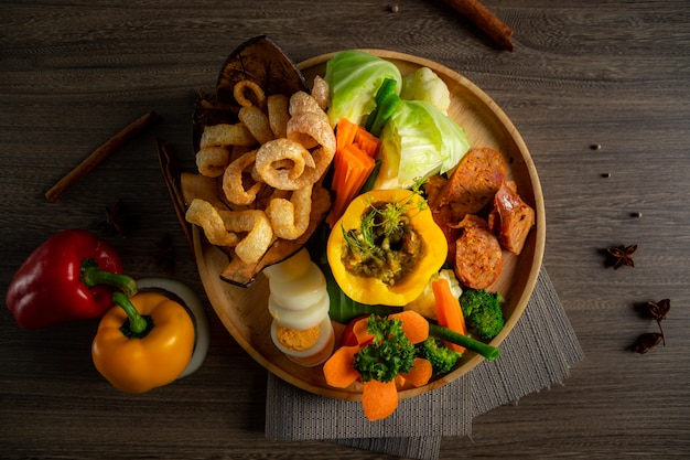 木製ボウルに北タイ料理