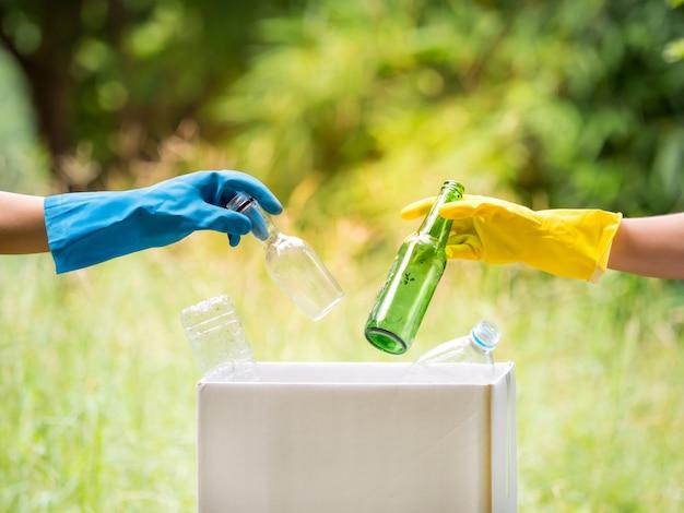 ボランティアは公園エリアでペットボトルを集めます