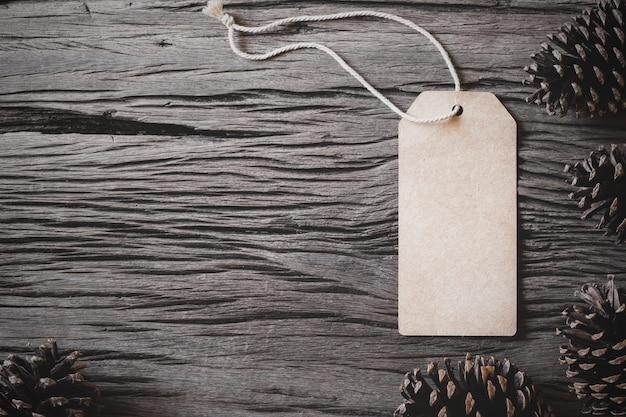 Коричневый бумажный ярлык на деревянный.