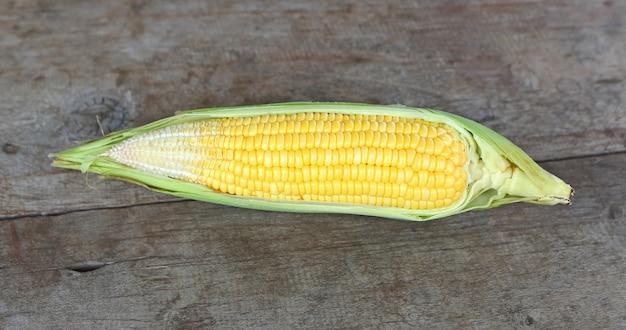 Пирог кукурузы на деревянном столе