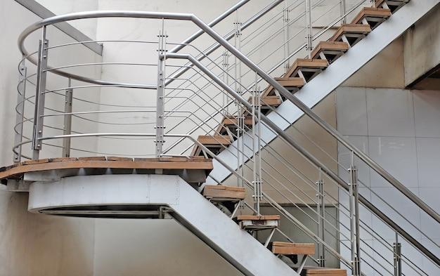 職場の屋外緊急出口の階段