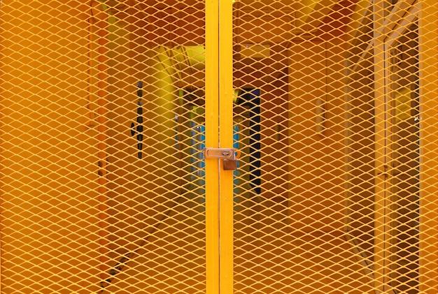 黄色の格子鋼製のドア