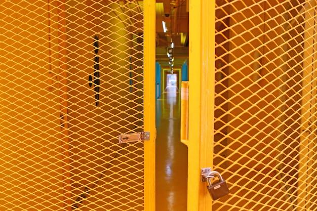 オープン黄色の格子鋼製のドア