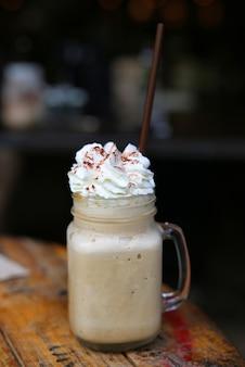 Кофейный коктейль на деревянном столе