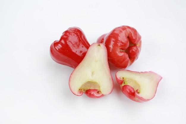 ローズリンゴは、白い背景に配置されます。
