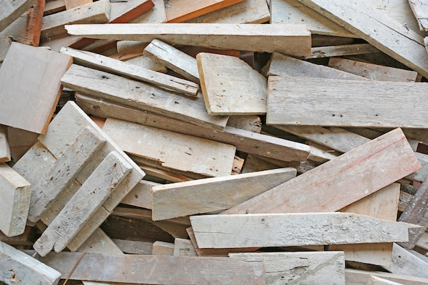 Куча старых деревянных досок.