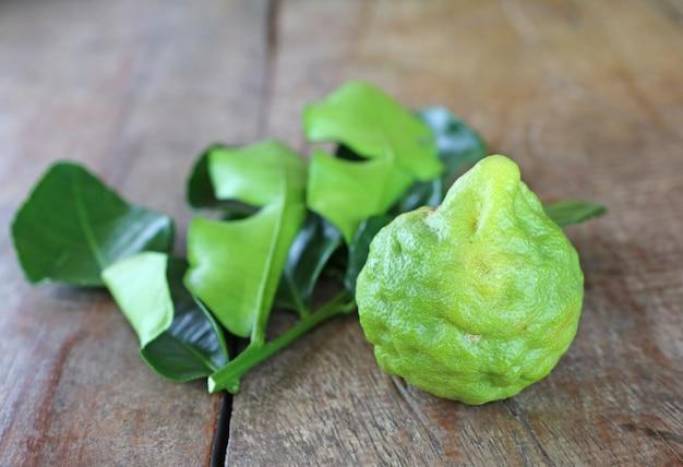 木製のテーブル上に葉を持つベルガモットフルーツ