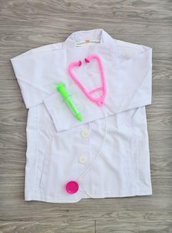 Концепция будущей оккупации. вид сверху белый костюм для детского врача с оборудованием
