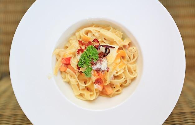 Крупный план спагетти карбонара на белом шаре. выше.
