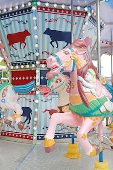 カルーセル。カーニバルのメリー・ゴー・ラウンドの馬。