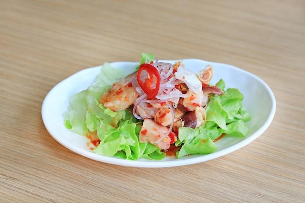 日本食、木製のテーブル上のスパイシーオクトパスタコサラダ。