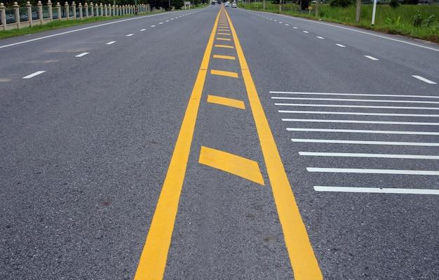 アスファルト道路の黄色い線
