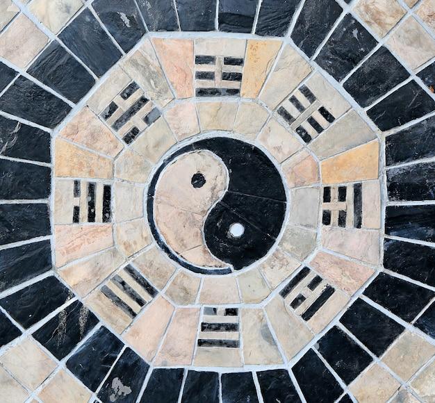 石の背景に陰陽のシンボル
