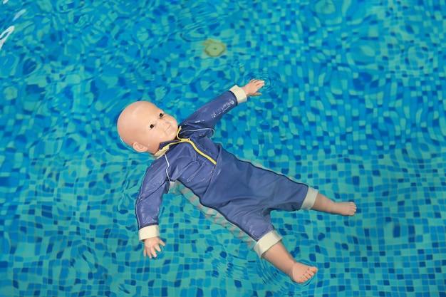ダミー溺死訓練の赤ちゃん人形はプールに浮かぶ。