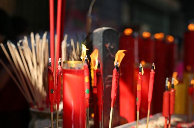人々は中国の旧正月の日に神のために燃える香を尊重することを祈ります。