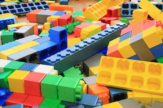 カラフルな大きなブロックの建物のおもちゃの泡の山。教育就学前の屋内遊び場。