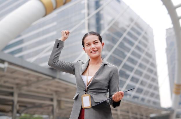 美しい若いビジネス女性式は外で戦います。