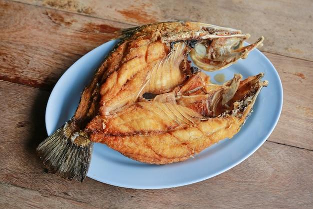 揚げ縞模様のバスの魚(有名なタイ料理)