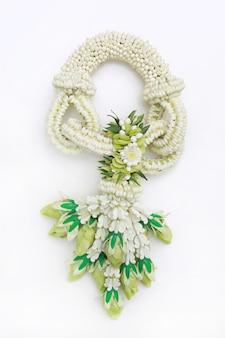 白い背景の上の伝統的なタイ風生花ガーランド。上面図。
